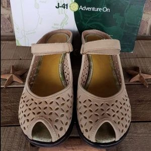 J-41 Journey women shoes 8.5 fits like 9.5